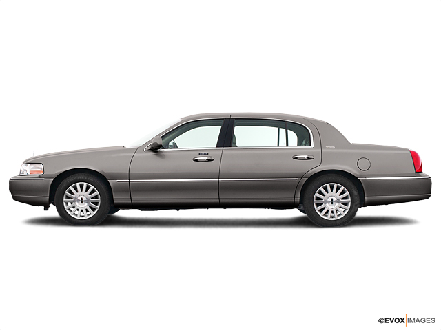 2004 LINCOLN Town Car Vehicle Photo in Janesville, WI 53545